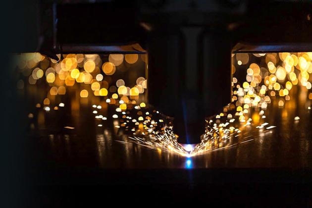 image d'un appareil de découpe laser en action étincelles Lasermetal