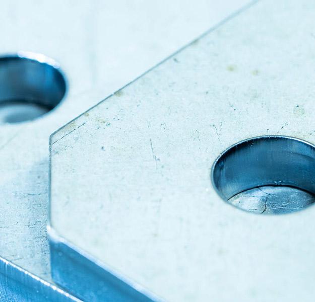 image d'une découpe au travers de métal à Toulouse Lasermetal